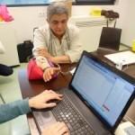 Neurólogos del H 12 de Octubre ensayan un guante robótico que controla el temblor del Parkinson