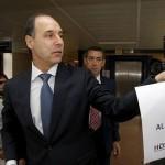 (Los métodos democráticos del PP) El presidente de Cantabria se dedica a arrancar carteles críticos con su gestión durante su visita a un hospital