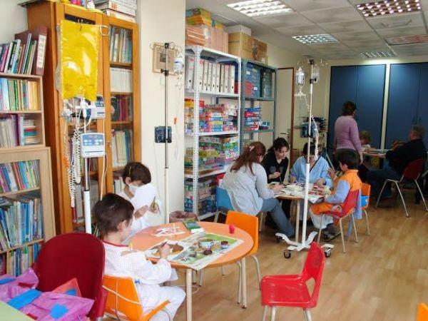 Más de 1.800 niños han sido atendidos en las aulas hospitalarias de Almería durante el último curso escolar