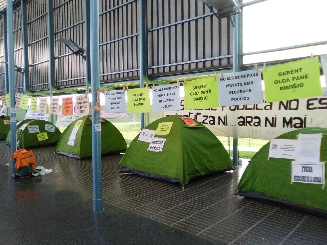 Acampada a l'Hospital del Mar contra els nous estatuts del centre