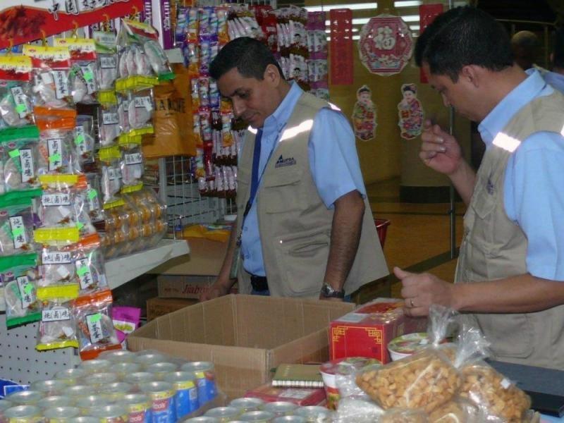 Decomisan alimentos sin registro sanitario en comercio de asiáticos