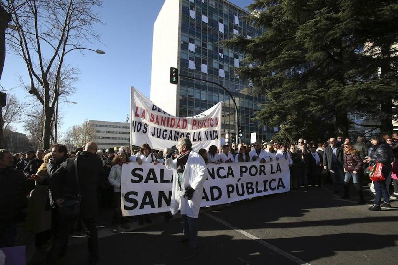Cerca de 15.000 personas participan en la Marea Blanca por la sanidad pública