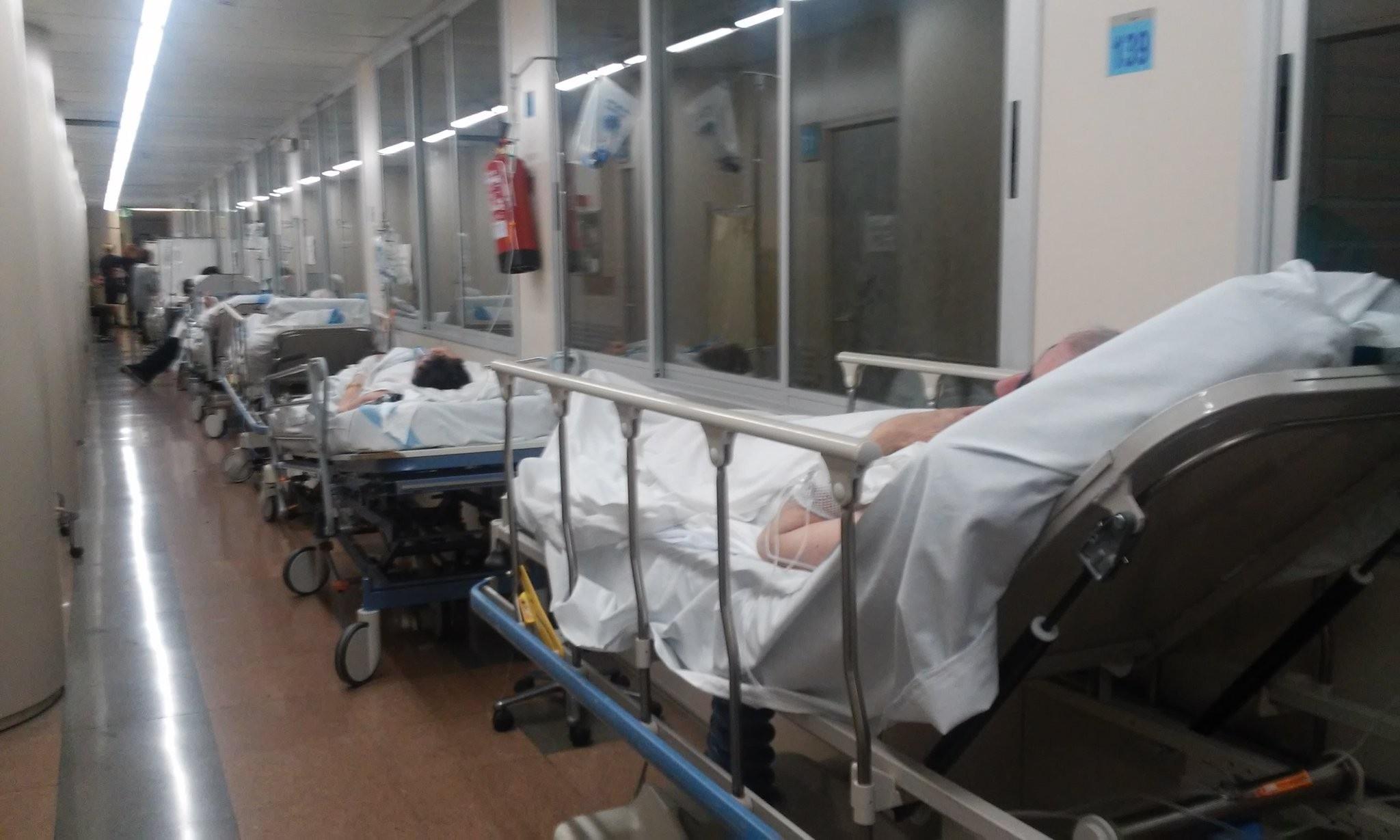Sigue la indignación con Comín por responsabilizar a los enfermeros de atender en pasillos