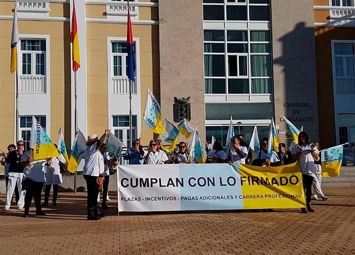 Protesta en el Cabildo de Lanzarote por la vejatoria situación laboral de los trabajadores del Hospital insular
