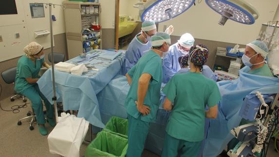 El HUCA implanta con éxito el primer corazón artificial a un paciente de 44 años